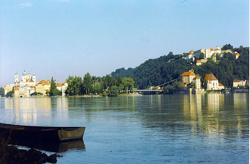 800px-Danube_river_confluence_Inn_2