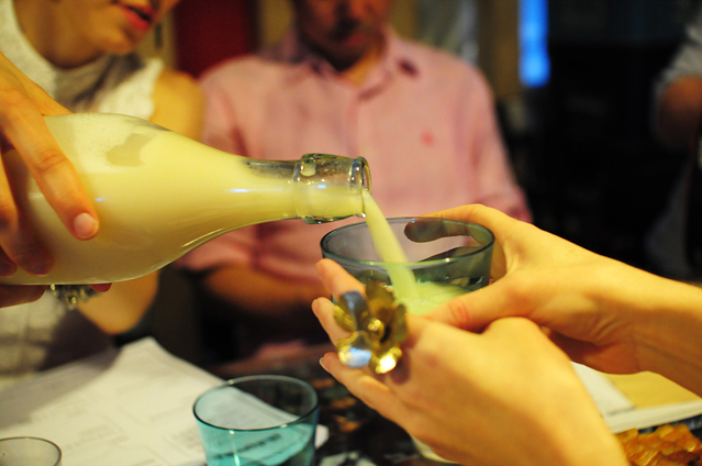 makgeolli_mamas_and_papas_pouring