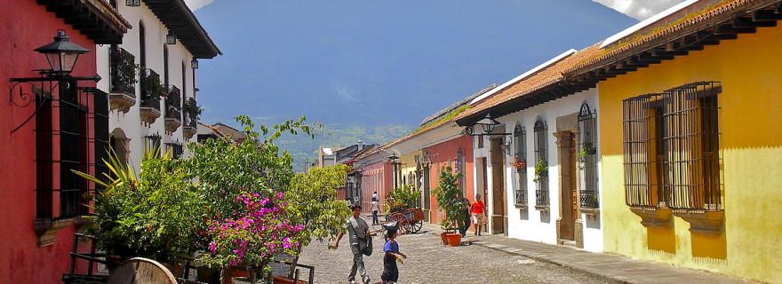 1200px-Calle_del_Arco,_Antigua_Guatemala