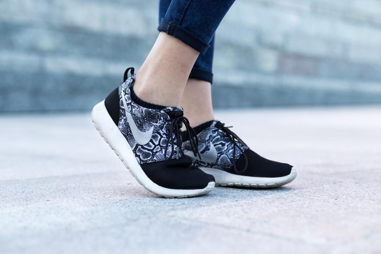 city-woman-feet-legs